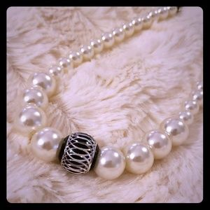 Jewelry - Beautiful Faux Pearl Accent Necklace.